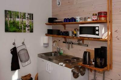 Stugan har minikök med kokplatta, mikro, vattenkokare och kylskåp