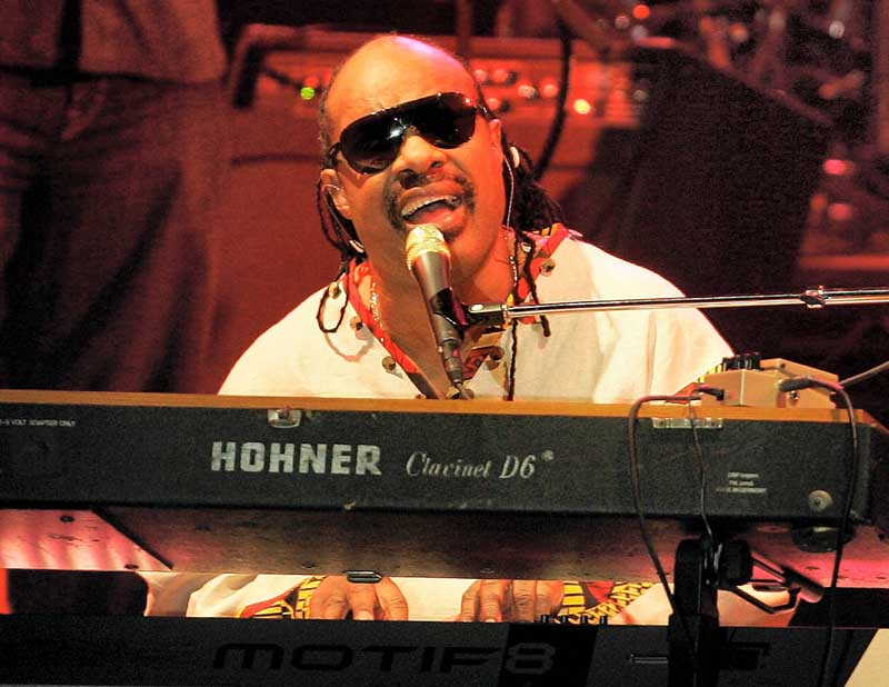 Stevie Wonder performs at a concert in San Diego Thursday Aug. 23, 2007 to begin his first American tour since 1995. (AP Photo/Lenny Ignelzi) DATE CREATED: 23/08/2007