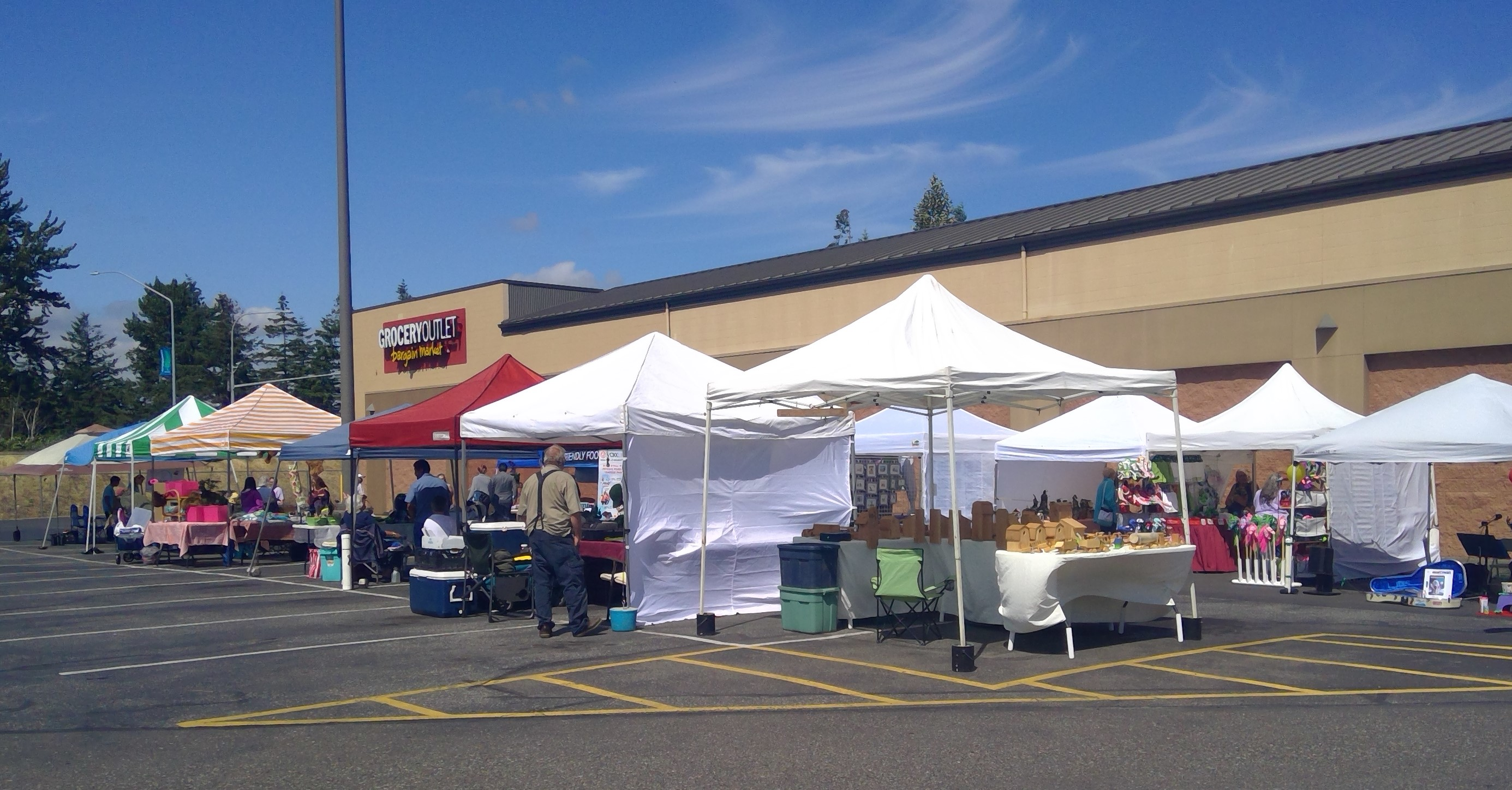 Ferndale Farmers Market vendors set up in the west parking lot of the Ferndale Grocery Outlet (June 14, 2019). Photo: My Ferndale News