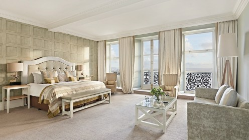 s5851_gb_bedrooms_kingdeluxeseaview