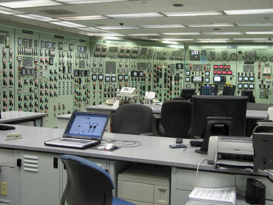 Un simulador de entrenamiento (réplica exacta) de una sala de control.