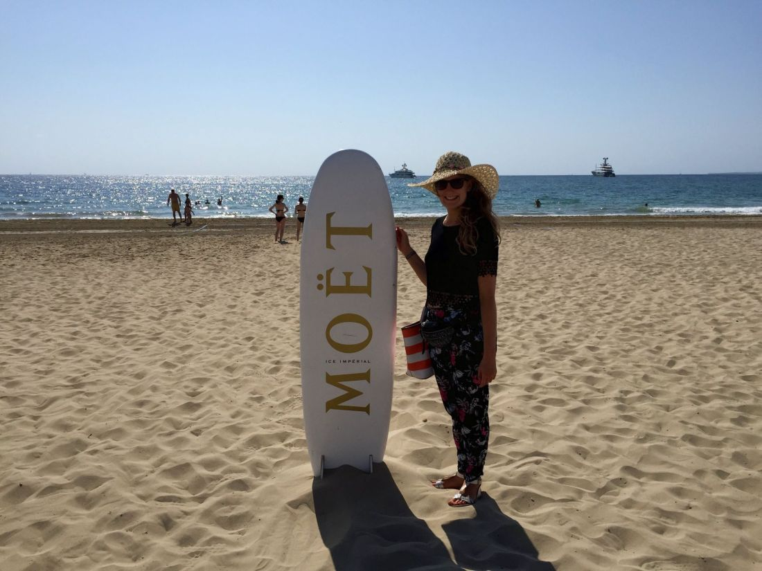 Jo with a Moet surfboard, Playa den Bossa