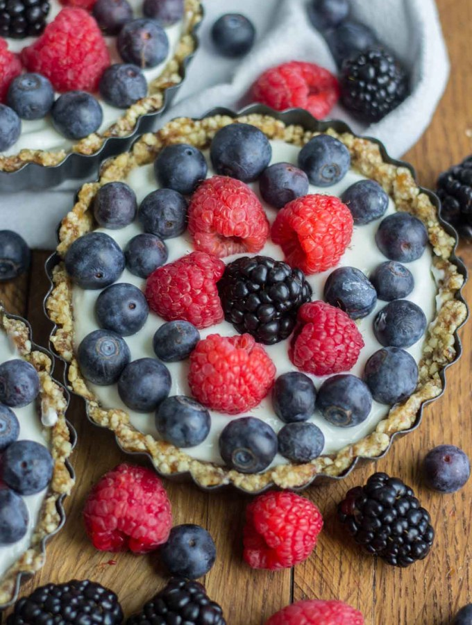 With a no bake crust, this mini greek yogurt fruit tart is as simple and easy as they come! Filled with raw and healthy ingredients, greek yogurt and topped with fresh fruit, this recipe will not disappoint on your Easter brunch menu.