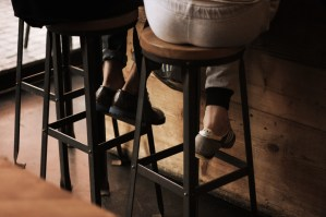 feet-under-table