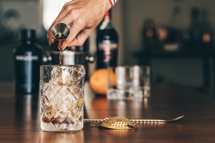 Negroni---pouring-the-cinzano-into-stirring-glass