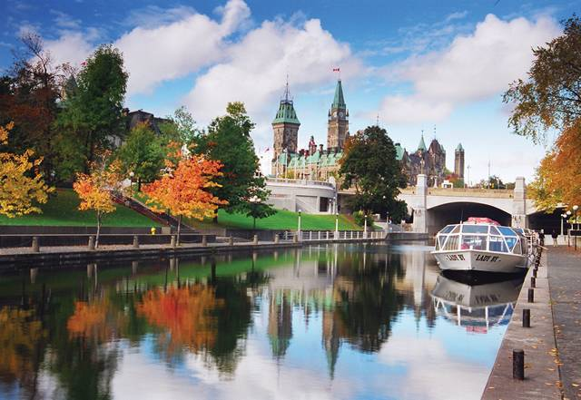 Rideau-Canal-and-Parliament-Hill-in-the-fall_LOW