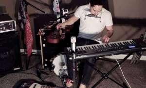 Człowiek-orkiestra perfekcyjnie wykonuje cover Boba Marleya… na ośmiu instrumentach