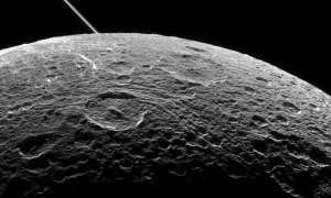Zapierające dech w piersiach ujęcie księżyca Saturna – Dione