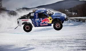 Fantastyczny montaż czterokołowych maszyn Red Bulla śmigających w śniegu
