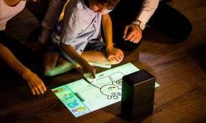 Ten projektor przekształca jakąkolwiek powierzchnie w ekran dotykowy