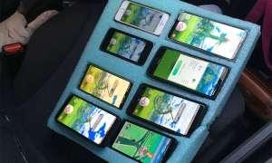 Kierowca grał w Pokemon GO na ośmiu telefonach na raz