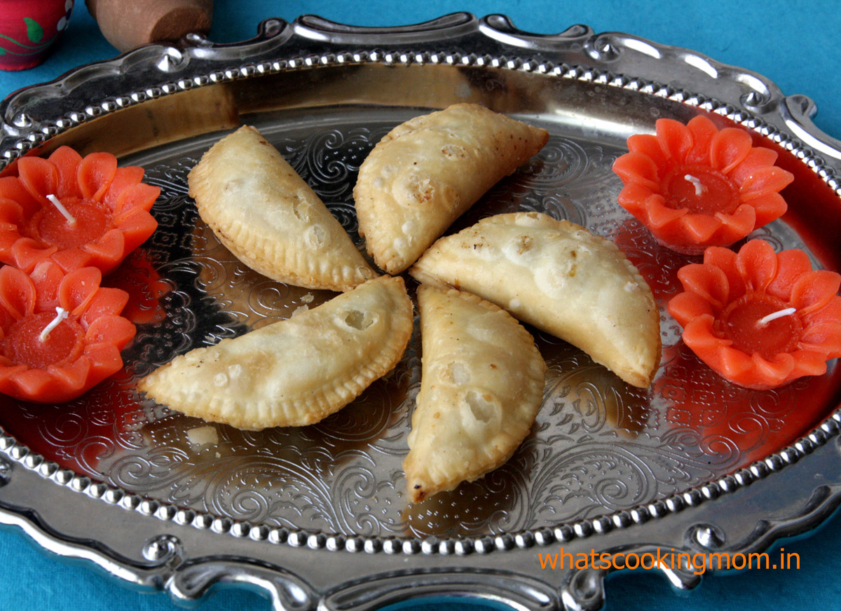 Gunjiya - traditional Indian festival sweet prepared on Diwali and Holi #indiancuisine #tradionalindiansweet