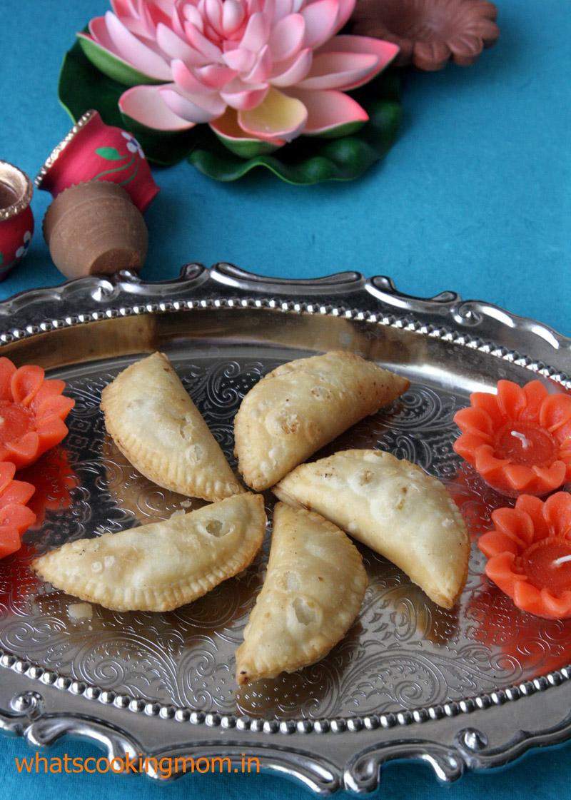 Gunjiya - traditional Indian festival sweet prepared on Diwali and Holi #indiancuisine #tradionalindiansweet