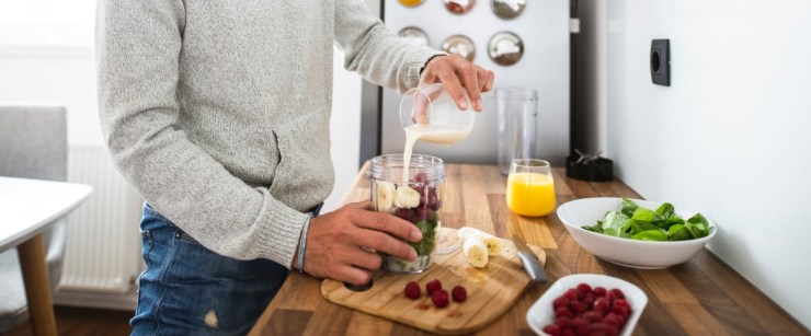 2021 health and wellness trends: man making smoothie