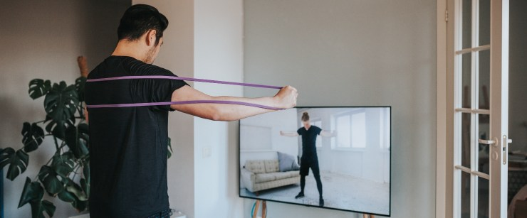 trainer red flags: man exercising with virtual trainer