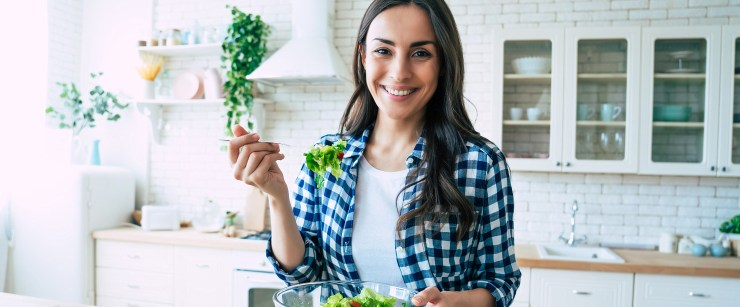 signs you should see a dietitian: young woman eating salad
