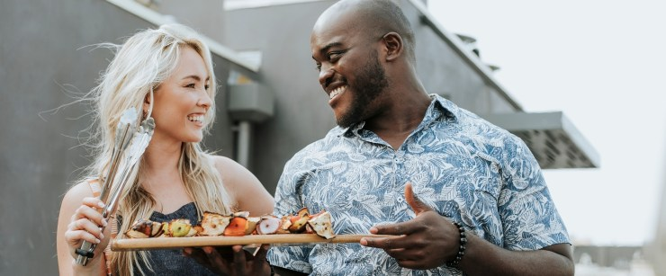 make low-carb sustainable: couple making grilled skewers