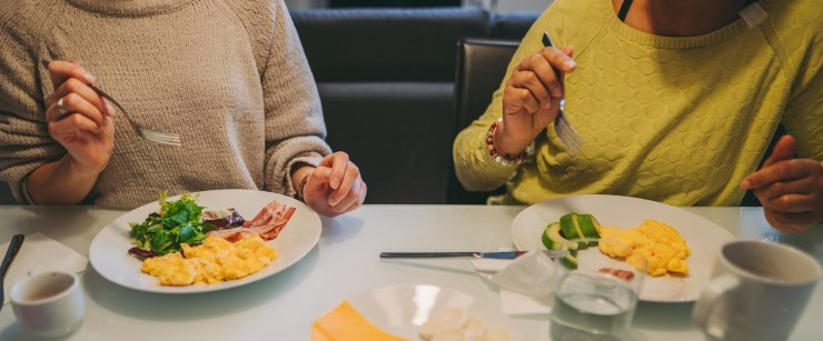 signs low-carb isn't working for you: two women eating eggs together