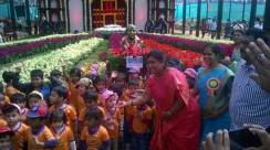 inauguration-of-republic-day-flower-show-2017-at-glass-house-lalbagh-bengaluru-mayor-of-bangalore-padmavathi-with-school-children-4