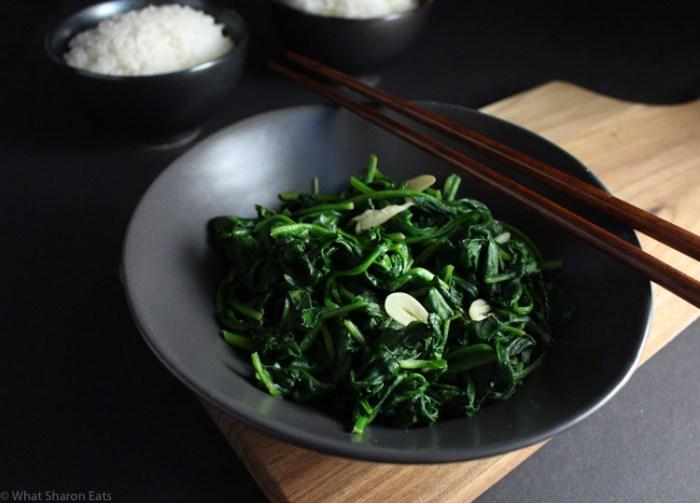 Stir-fried spinach with garlic