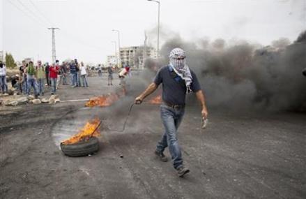Israeli army: Palestinian stabs Israeli, is shot dead