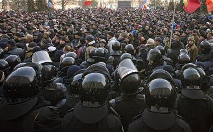 Moldova: 3,000 protest, call for early elections