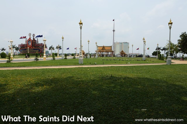 Royal Palace Park, a lovely green space right in the centre of the city. Walking The Streets Of Phnom Penh.