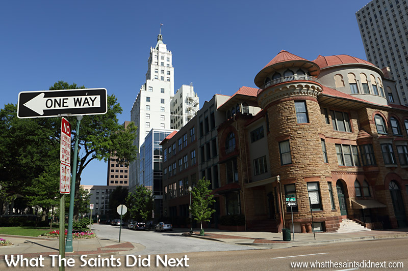 Walking Up Deserted Monroe Street To >> Memphis Sightseeing Walk On The Mississippi River Bank