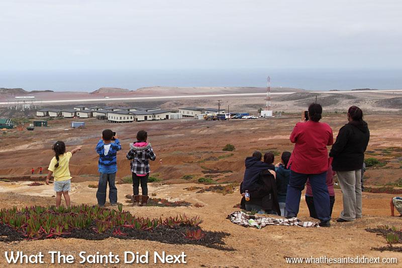 Les jeunes qui regardent le moment l'avion a atterri à distance.  Aéroport de Sainte Hélène.
