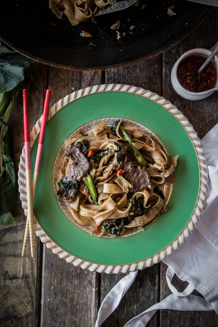 Kwe Tiau Radna (Thai Stir-fried Noodles with Gravy)