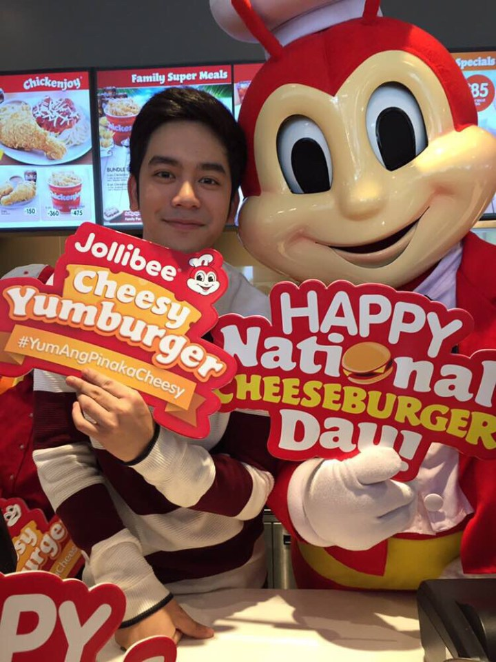 Joshua Garcia visited Jollibee Global City and Jollibee BGC Triangle Drive to give away the super cheesier, Cheesy Yumburger