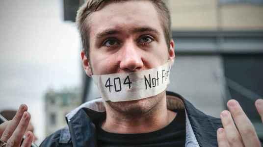 Facebook и Twitter осталось в России девять месяцев?
