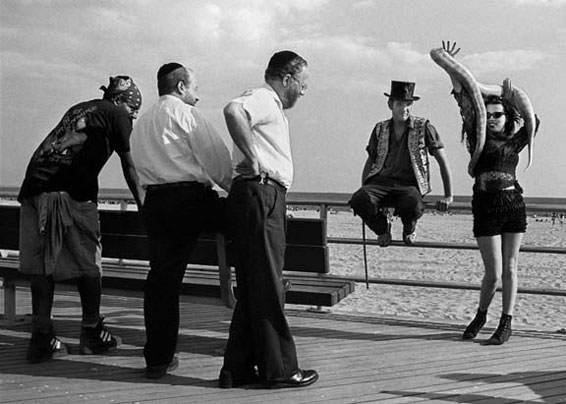 """""""Strange Encounters, Coney Island, 1990"""" gelatin silver print by Harold Feinstein (courtesy of the artist and Panopticon Gallery)"""