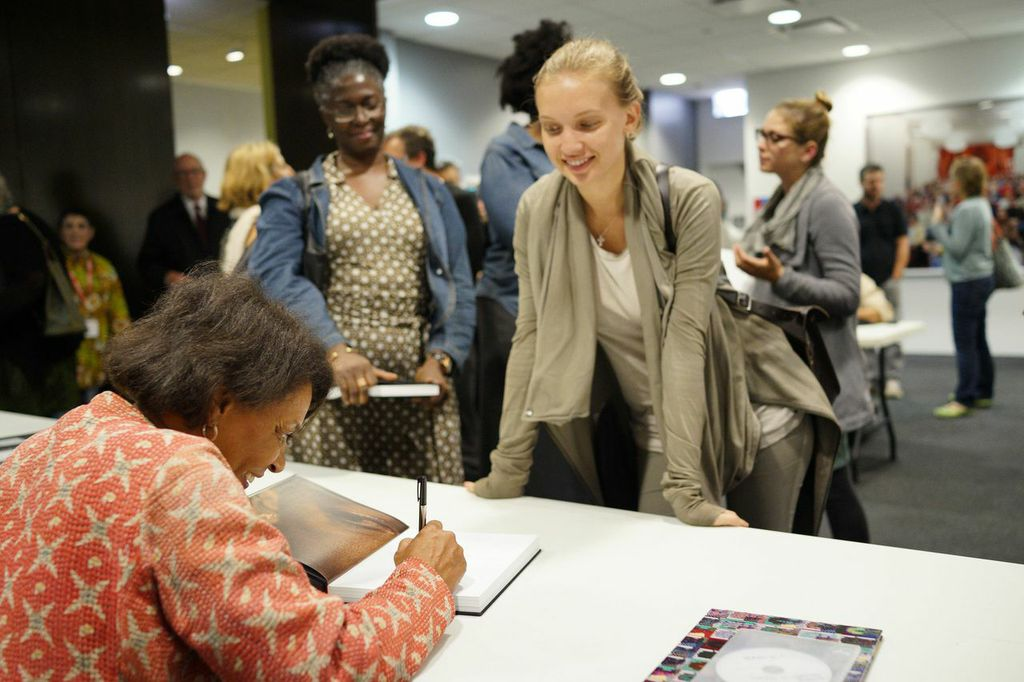 Carrie Mae Weems book signing at Filter Photo Festival (photo by Jeff Phillips).