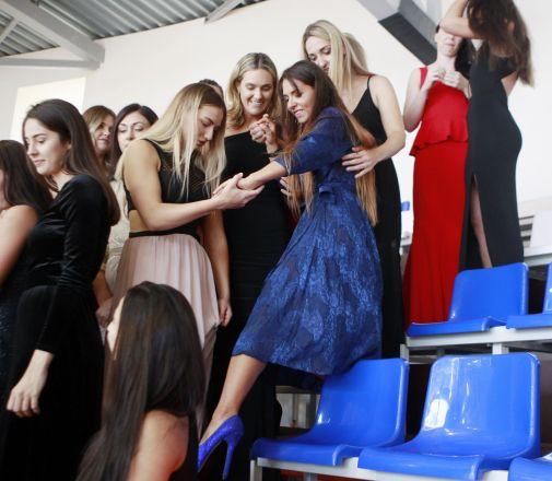 Екатерина Бобина, Сабина Якобсен и Яна Жилинскайте бережно страхуют Екатерину Лубяную