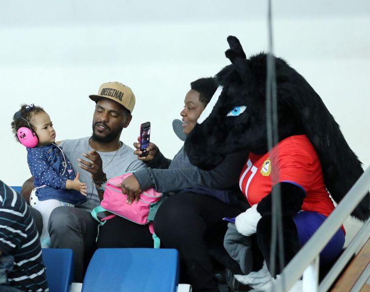 Супруг и дочка Шаны Массон знакомятся с талисманом клуба