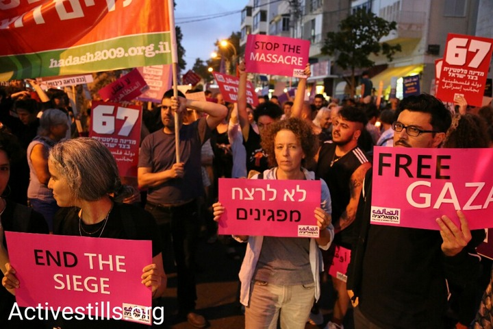 Hundreds of Israelis demonstrate in central Tel Aviv against the killing of 60 unarmed Palestinians at the Gaza protest the day before, May 15, 2018. (Keren Manor/Activestills.org)