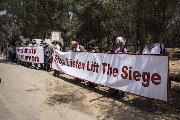 Israeli demonstrators near the Gaza border call for an end to the siege of Gaza. May 11, 2018. (Oren Ziv / Activestills. org)