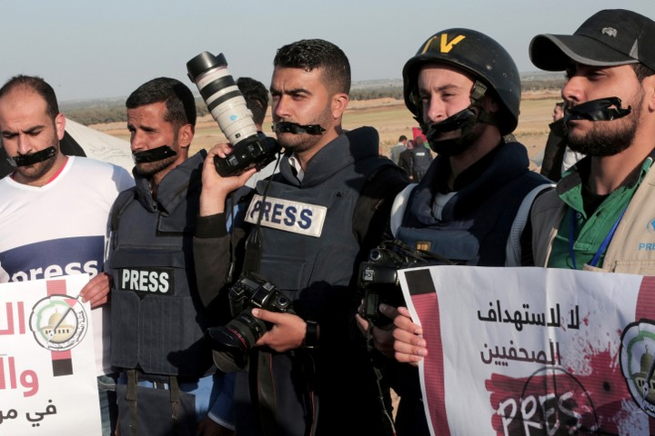Palestinians takes part in a protest against the killing of journalist Yasser Murtaja in Rafah, near the Israel-Gaza border, Gaza Strip, April 8, 2018. (Abed Rahim Khatib/ Flash90)