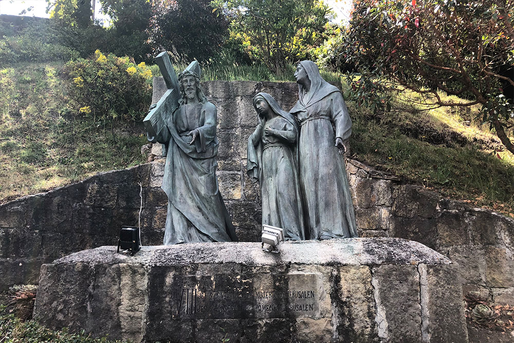 Station 8: Jesus consoles the women of Jerusalem.