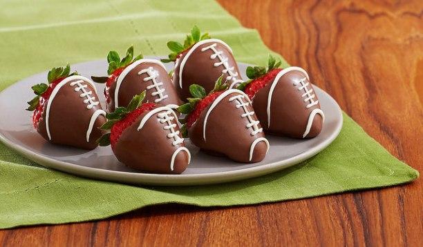 Les idées de cadeaux amusantes incluent des fraises recouvertes de chocolat décorées comme des ballons de football