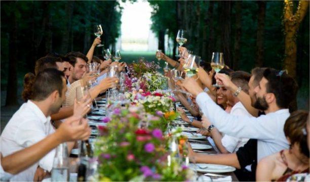 Tout le monde interagit et heureux à ce dîner