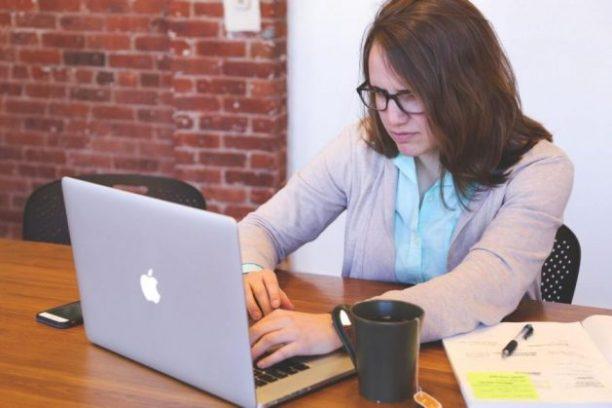 femmes à louer sur ordinateur se demande comment écrire un CV