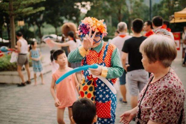 Clown exécute pour des enfants au mariage