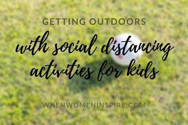 Activités sociales d'éloignement des enfants comme jouer au ballon