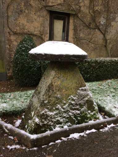 Saddle-stone