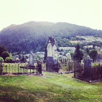 cmentarz u podnóża gór