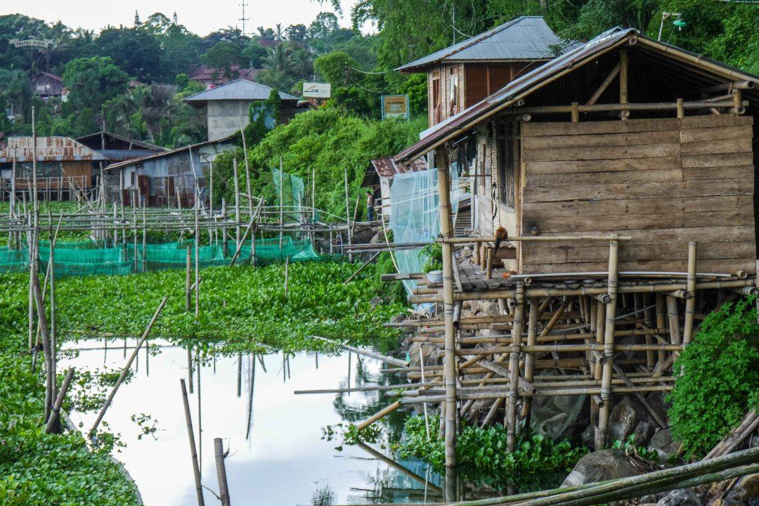 Domy na jeziorze Tondano