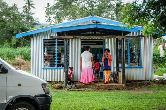 Przed kosciolem na Fidzi