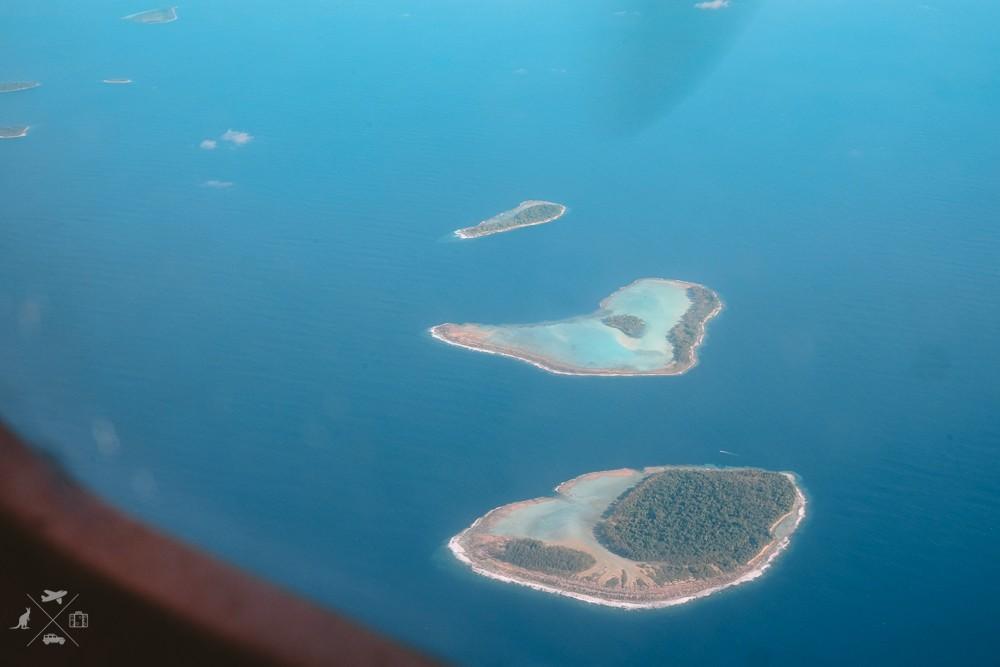Widok na wyspy podczas lotu z Honiary do Mundy